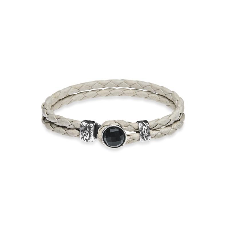 Pulsera de cuero trenzado blanco y plata envejecida, con piedra negra como cierre, de Platadepalo.