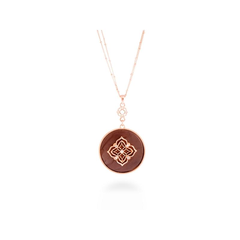 """Colgante con cadena de acero dorado en oro rosa con circonitas y resina marrón, """"Gul"""" de Luxenter."""