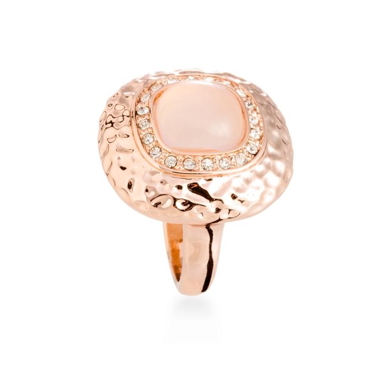 """Anillo de acero dorado en oro rosa, con resina y circonitas, """"Koi"""" de Luxenter."""