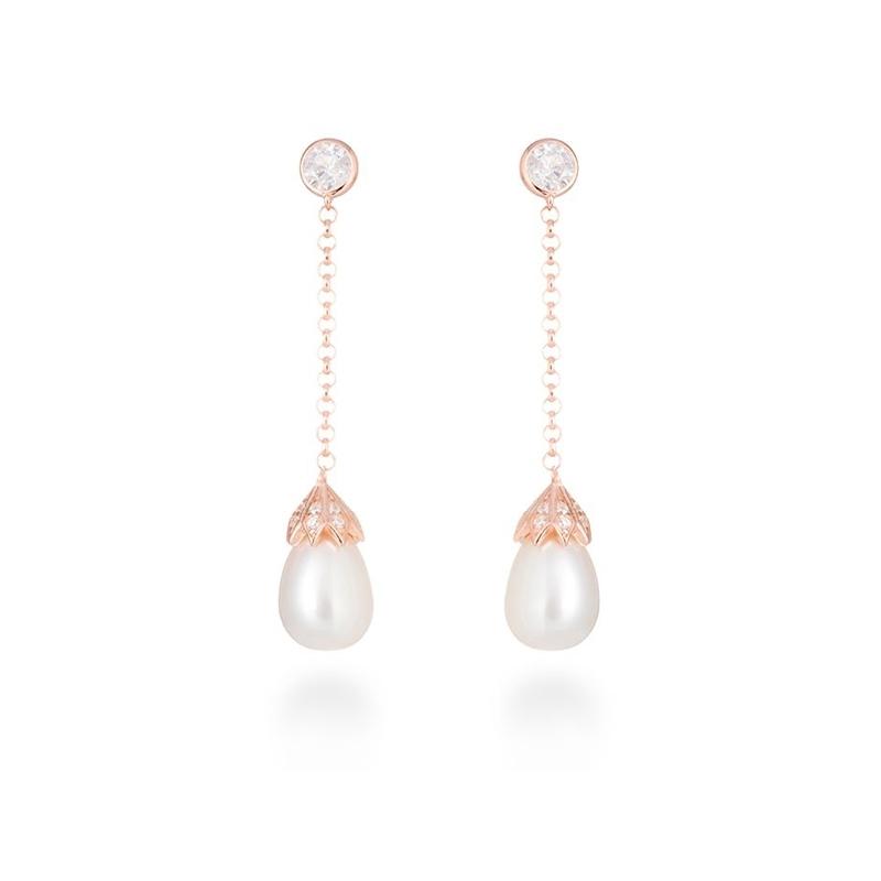 """Pendientes largos de plata dorada en oro rosa, con perlas y circonitas, """"Yasar"""" de Luxenter."""