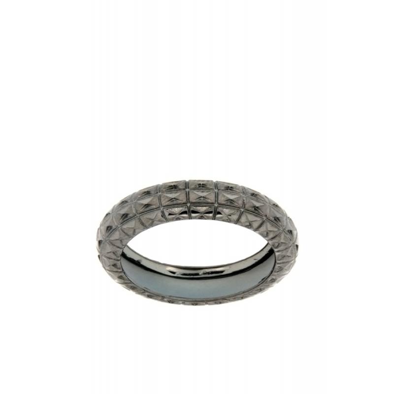 Sortija plata con dibujo diamantado, chapado negro, de Terero.
