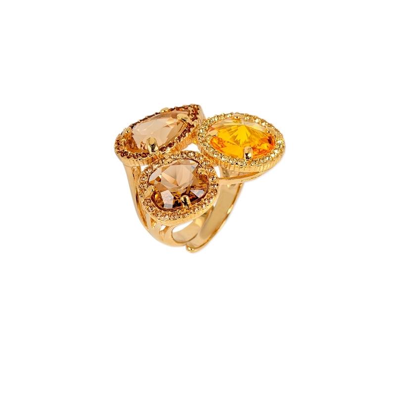 Anillo de plata chapado en oro amarillo y piedras en tonos champang Swarovski®, Maximo Betro.
