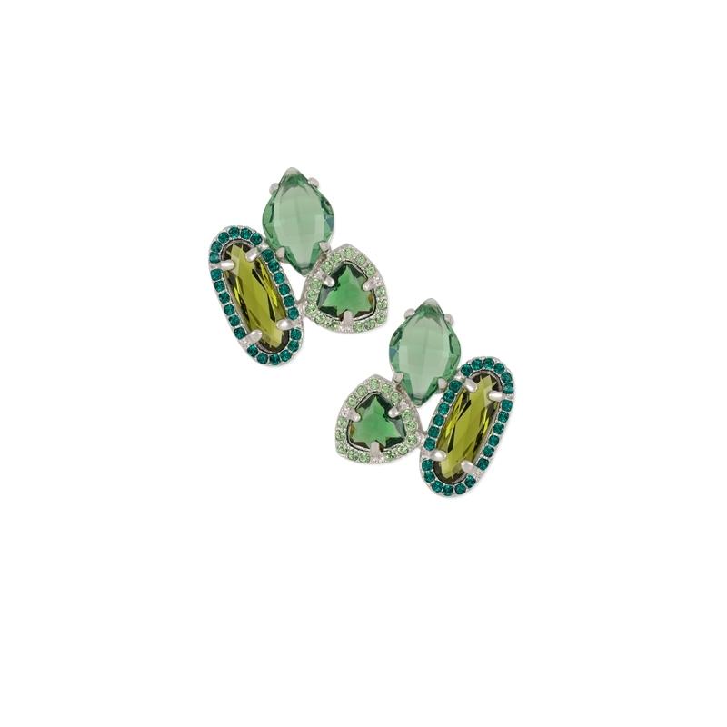 Pendientes pegados en plata rodiada con piedras de color verde Swarovski®, de Maximo Betro.