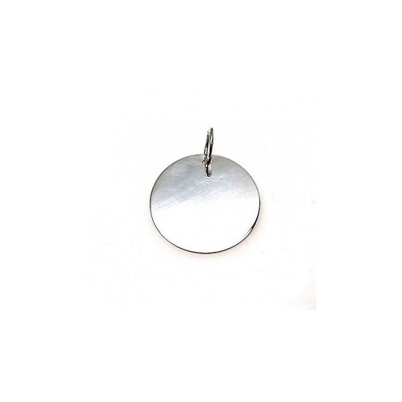 Medalla de plata grabada con cadena fina, también en plata de ley.