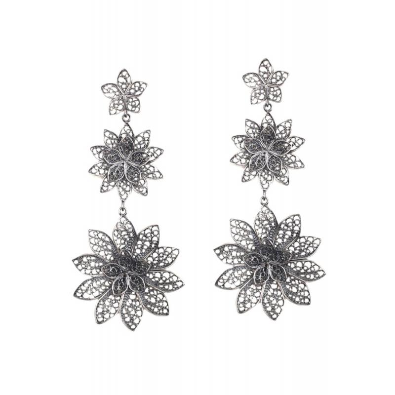Pendientes largos de plata envejecida para novia, con forma floral, de Antara.