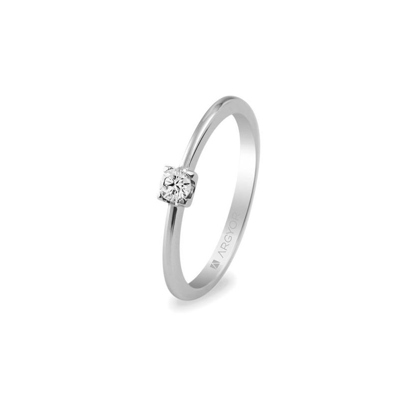 Anillo de compromiso tipo solitario, en oro blanco con diamante, de Argyor.