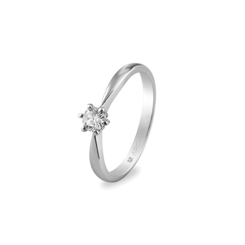 Anillo de compromiso en forma de solitario, en oro blanco y diamante, de Argyor.