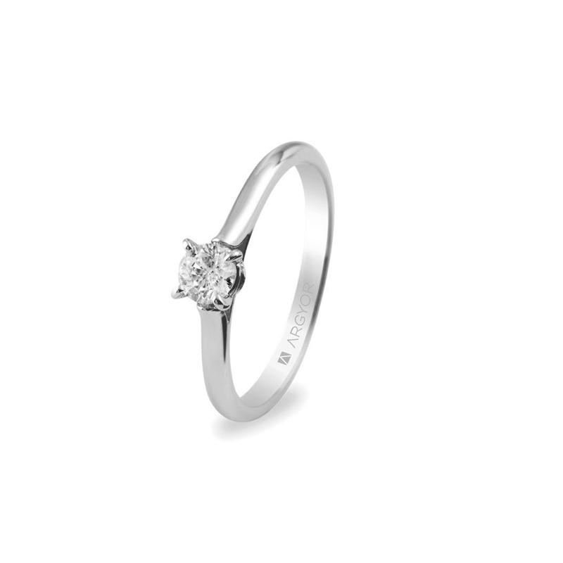 Anillo de compromiso tipo solitario, en oro blanco y diamante de 0,30 ct., de Argyor.
