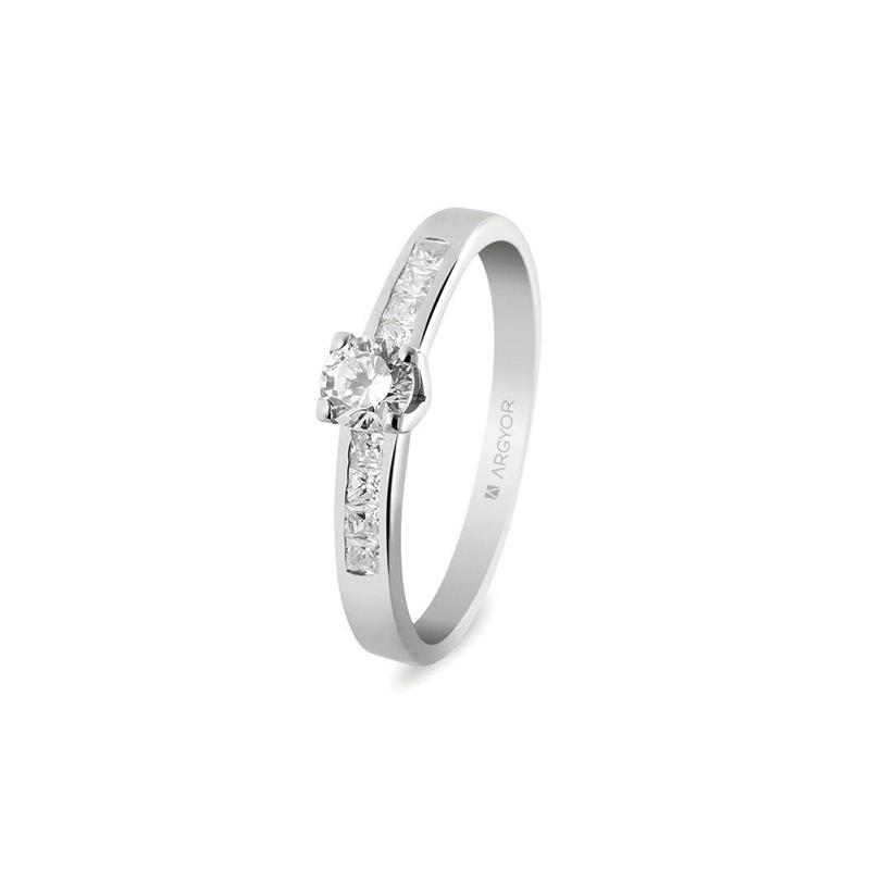 ebc3e91e46e4 Anillo de compromiso en oro blanco con diamantes