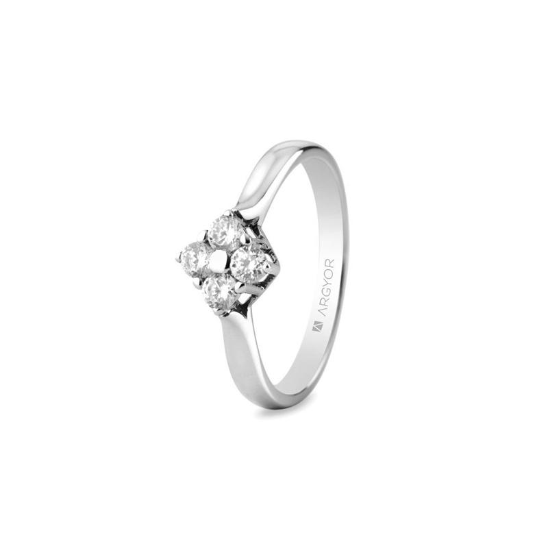 Sortija de oro blanco con 4 diamantes, con peso total de 0,30 quilates, de Argyor Compromiso.