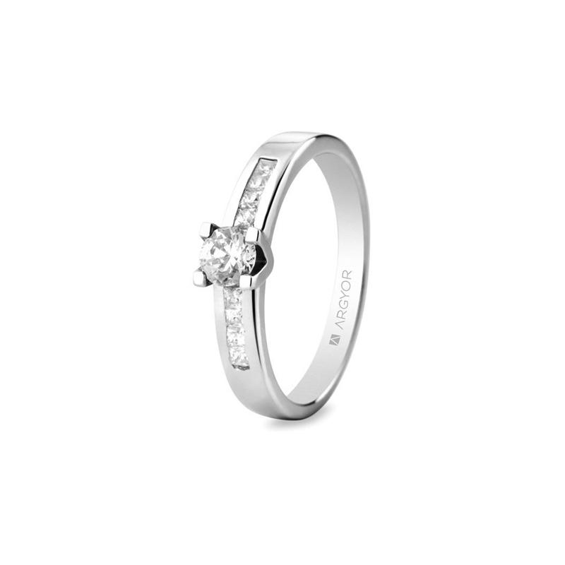 Anillo de compromiso de oro blanco y diamantes, con un peso total de 0,46 ct., de Argyor.