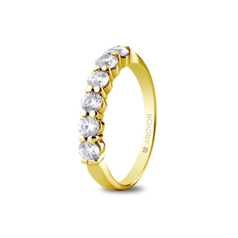 Media alianza de oro amarillo con 6 circonitas en diseño clásico, de Argyor Compromiso.