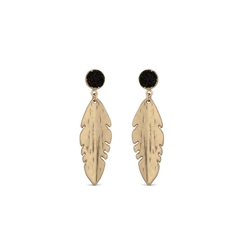 """Pendientes largos en forma de plumas, doradas y detalles negros, """"Wamuru"""" de Luxenter."""