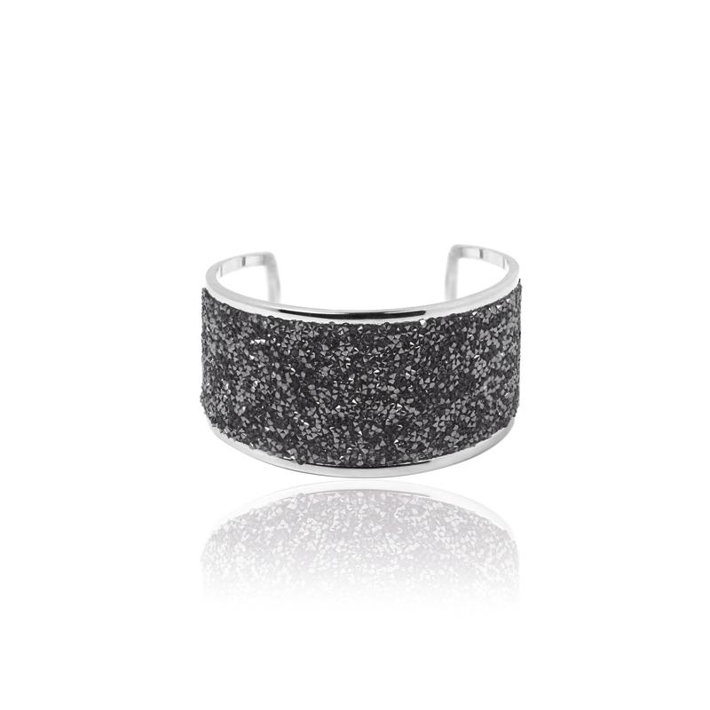 """Brazalete ancho plateado con puntas de piedras grises, """"Kwane"""" de Luxenter."""
