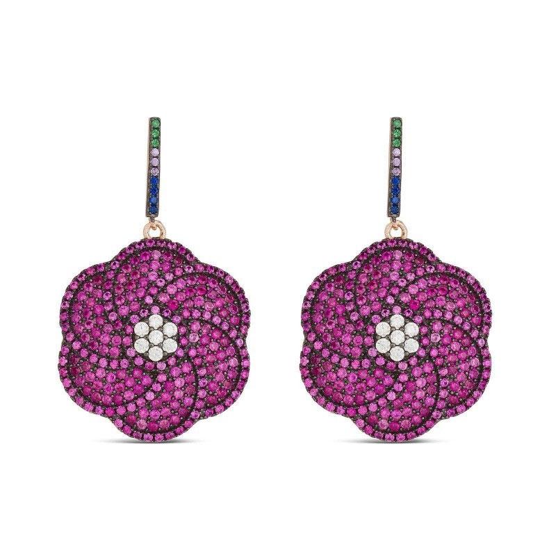 """Pendientes de plata chapada con forma de flor y piedras imitando a rubíes, """"Calash"""" de Luxenter."""
